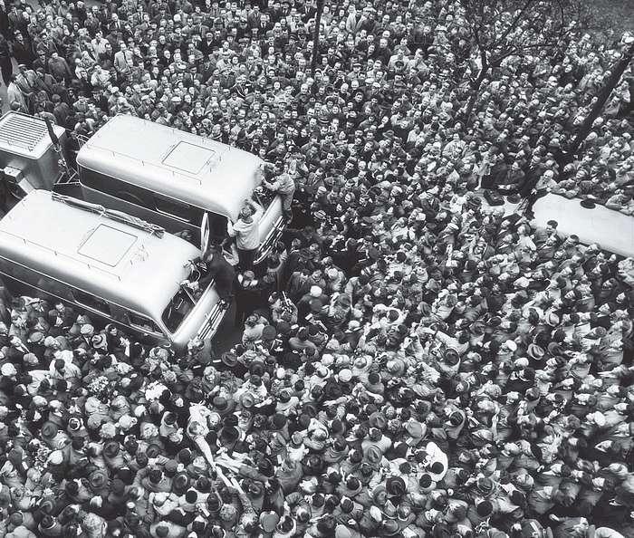 22. dubna 1959, přesně 12 let po startu do Afriky, odjíždíme od pražského Autoklubu do Asie. Jiří s Mirkem upevňují vlajky