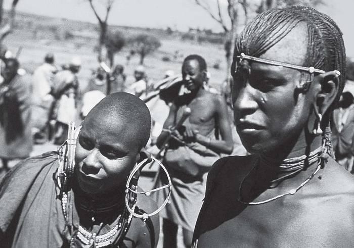 Hrdí masajští bojovníci. Ngong. Keňa. 3. 1. 1948