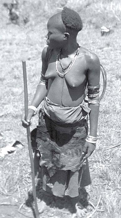 Suknice z kůží jsou jediným oděvem. Kongo. Únor 1948