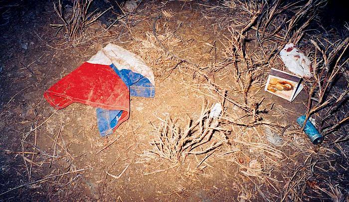 V trávě se smutně choulí Josefův šátek, baterie z vysílačky a malá česká vlajka. Tu měli kluci odhodit nad Kilimandžárem. Neodhodili.