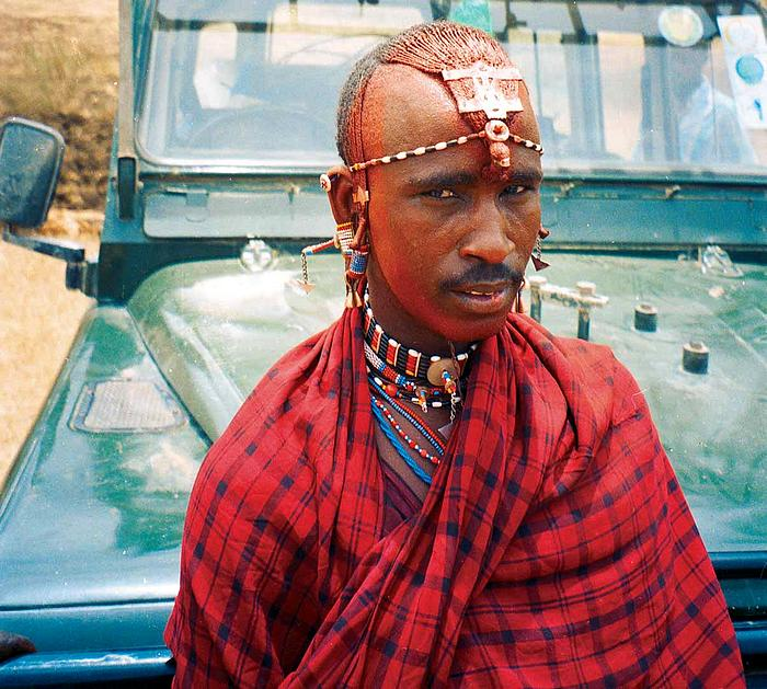 """Příznačná červená barva Masajů s pozadím trosek rogala. Karmínoví krasavci se našim mrtvým klukům """"postarali"""" o všechny věci."""